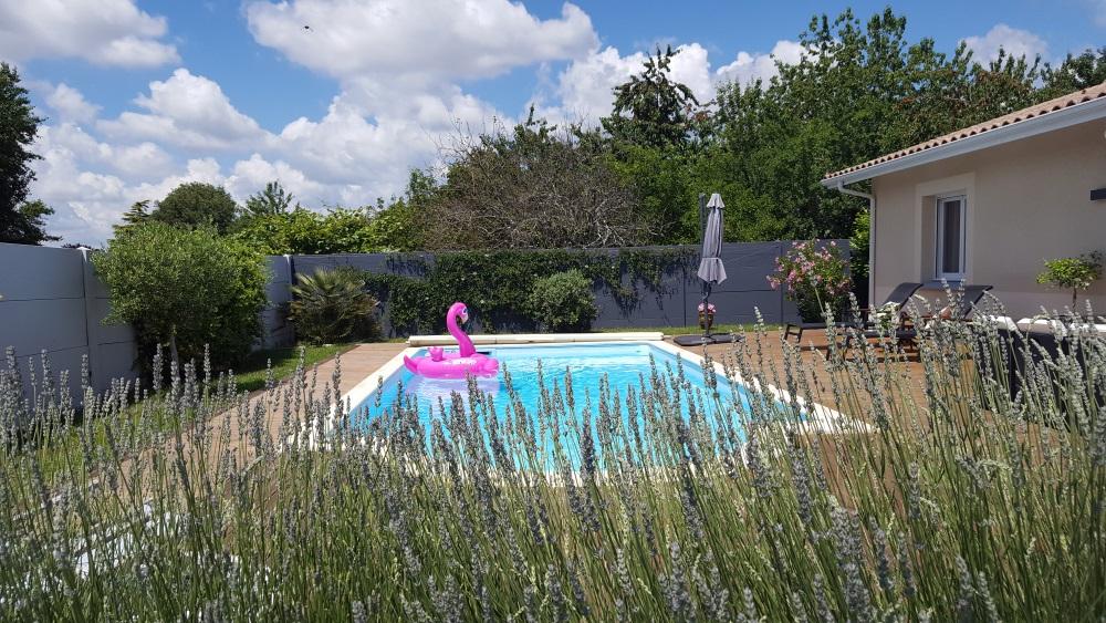 Décoration de la terrasse autour de la piscine